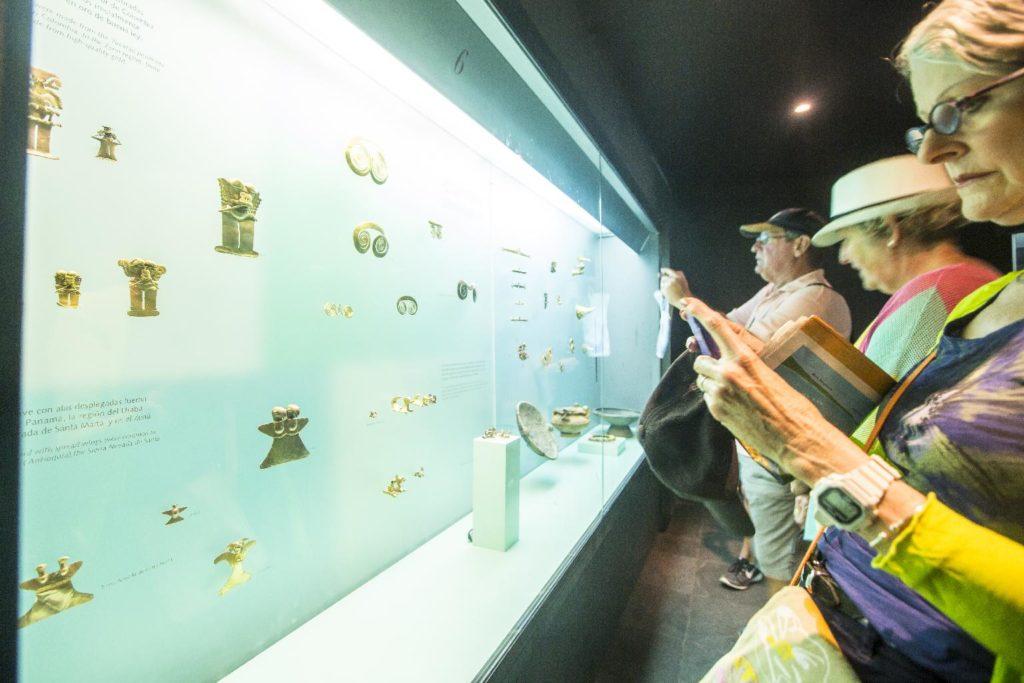 Turistas tomando fotos dentro del Museo de Oro de Cartagena