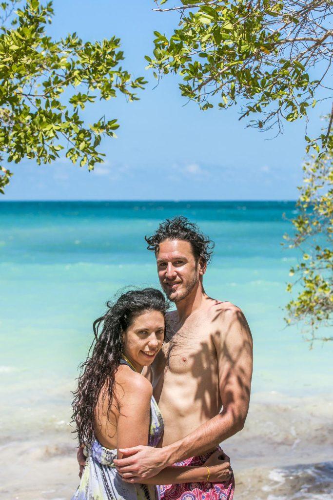 Pareja de turistas disfrutando de Playa Azul en Cartagena