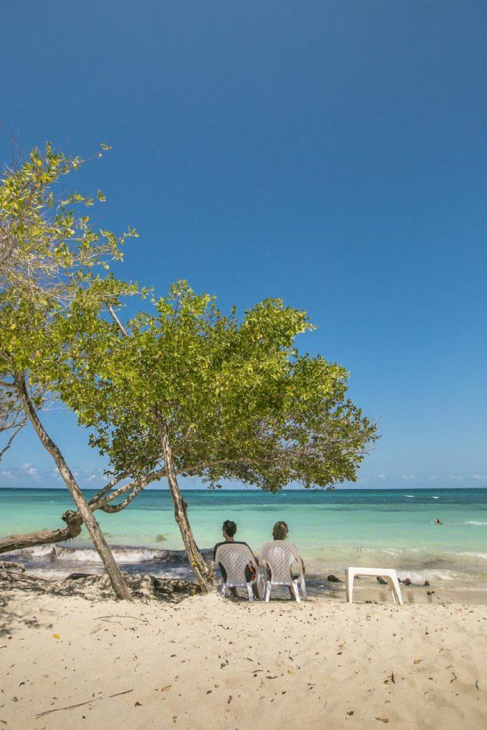 Turistas disfrutando del sol y la playa de la Playa Azul en Cartagena
