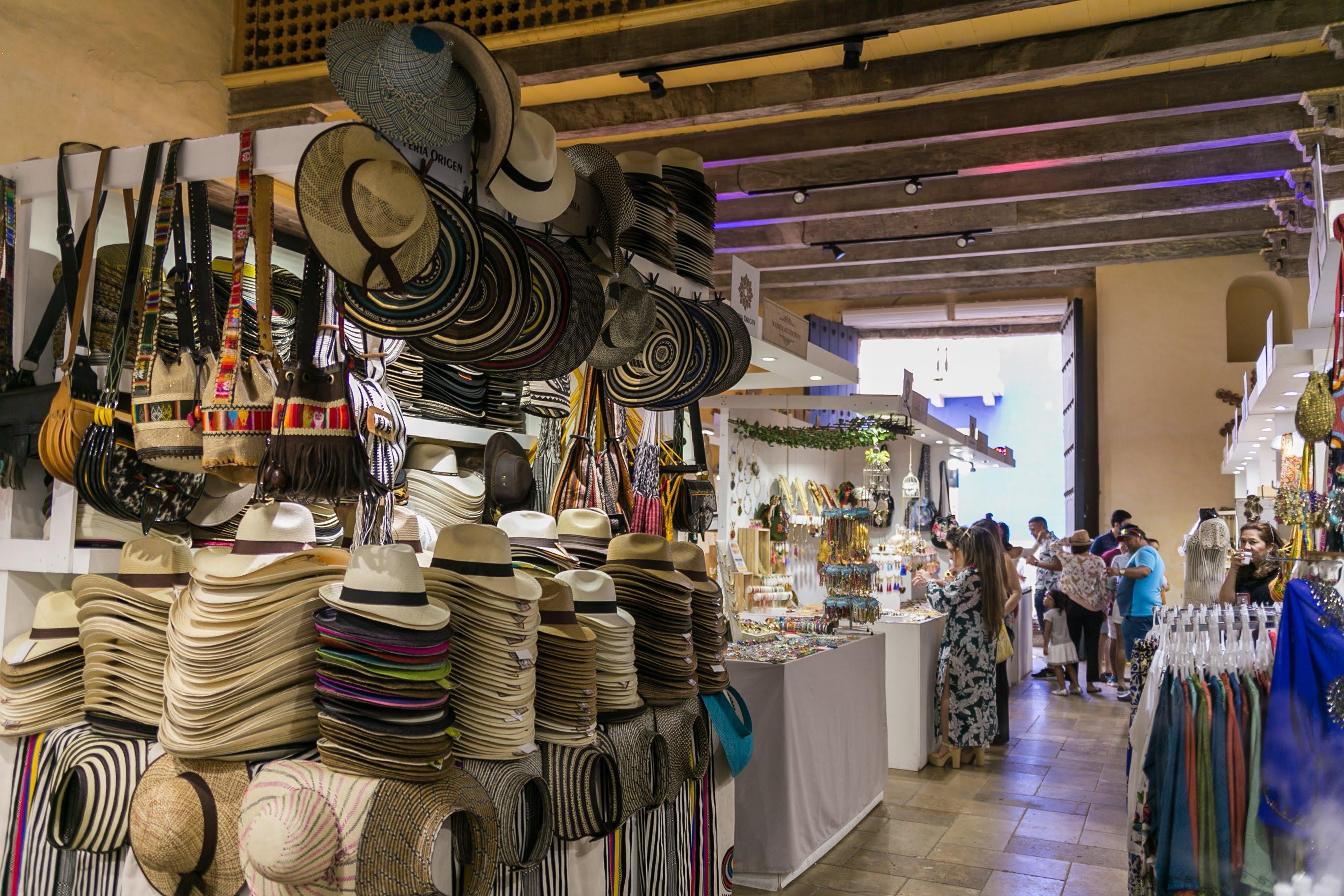 Pasillo con puestos de artesanías en la Feria Origen en Cartagena