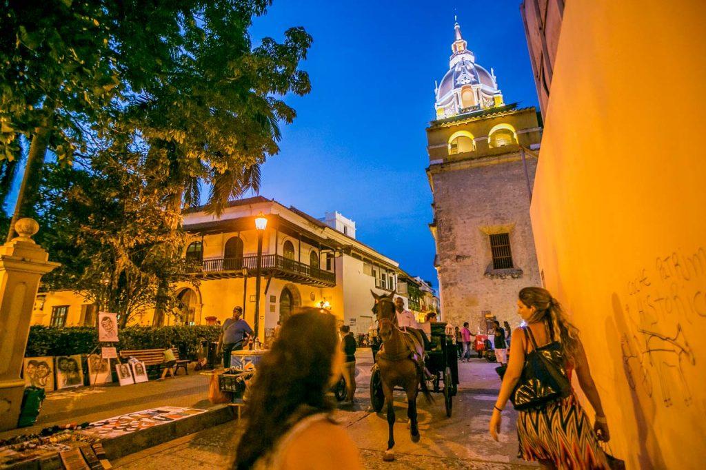 Gente caminando en las calles del centro histórico
