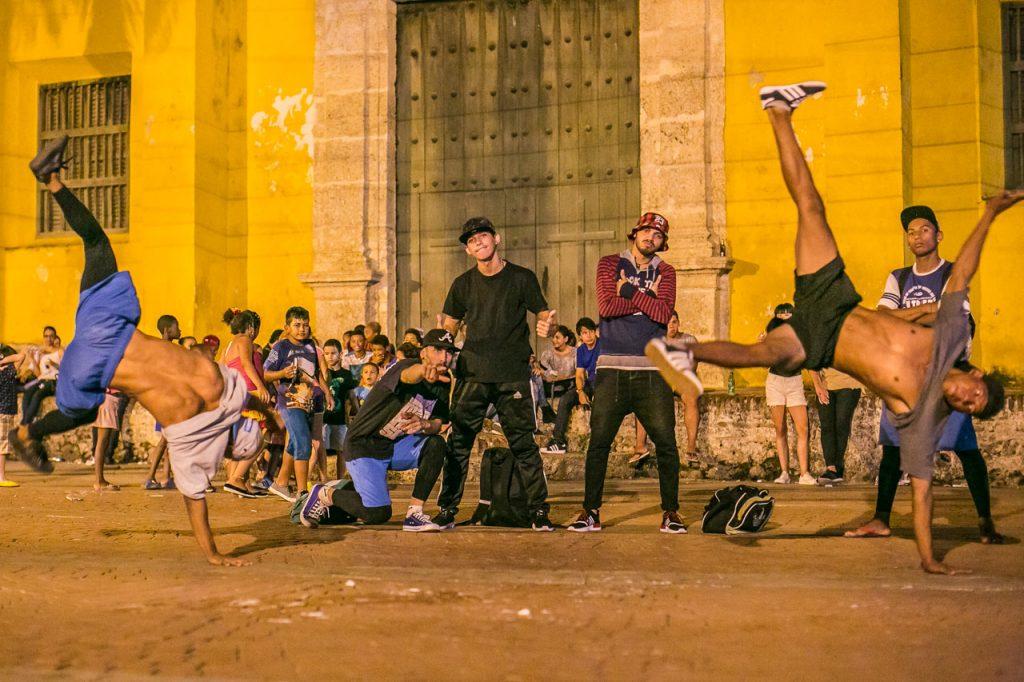 Bailarines callejeros en la Plaza de la Trinidad