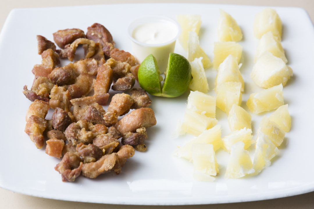 Chicharrones con yuca