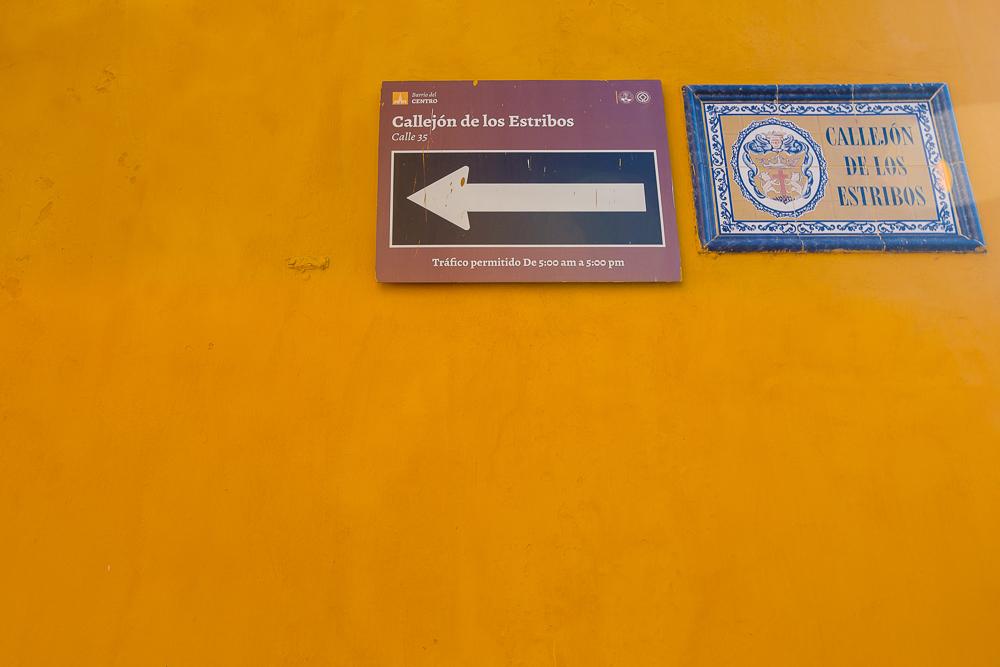 Placa en la pared con el nombre de Callejón de los Estribos en Cartagena