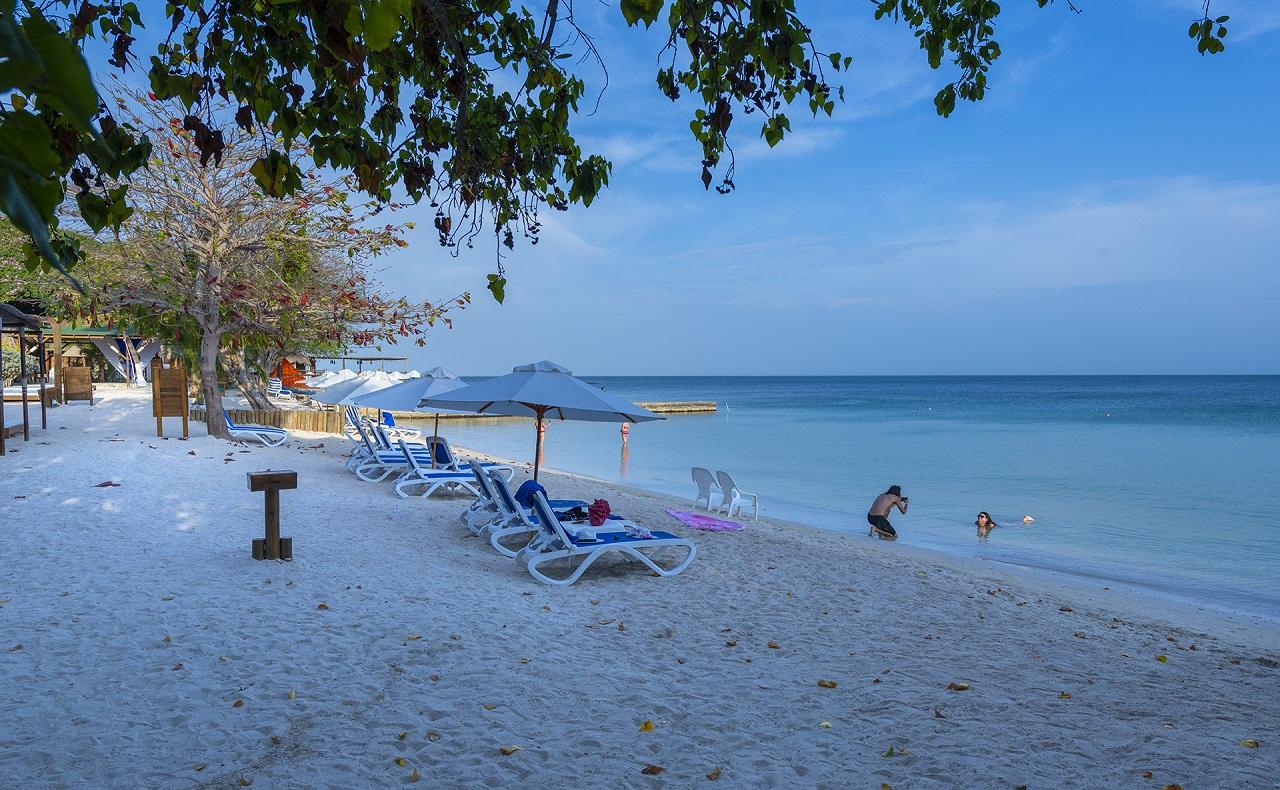 Playa del Hotel Isla del Encanto en las Islas del Rosario en Cartagena