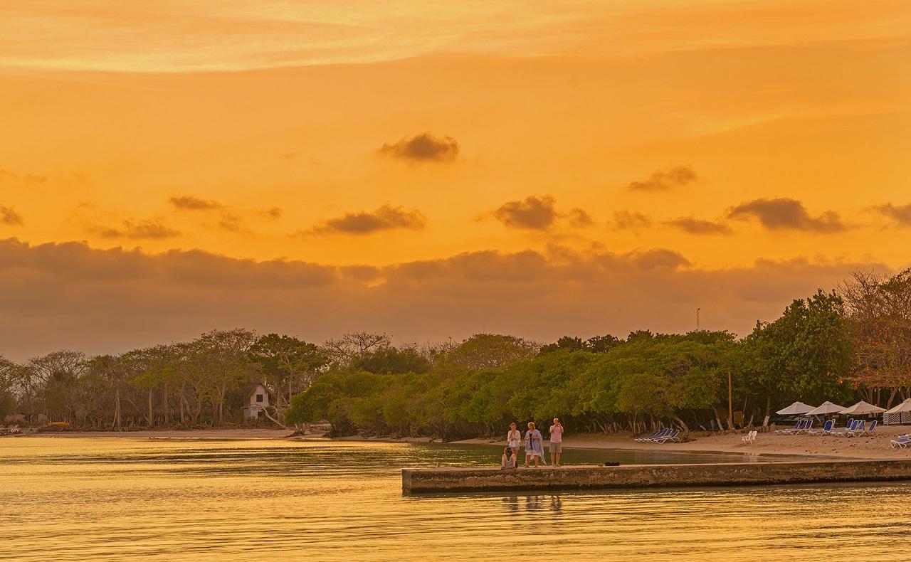 Vista del atardecer en muelle del Hotel Isla del Encanto en las Islas del Rosario de Cartagena