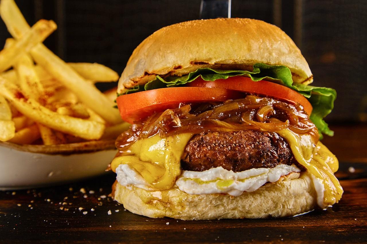 Imagen de hamburguesa de Red Knife para promocionar los martes de hamburguesas