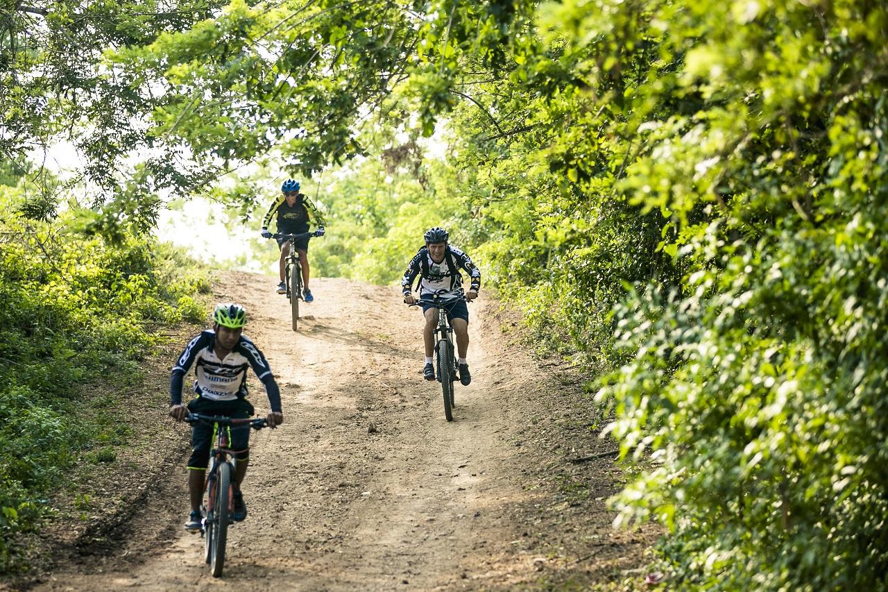 Ciclistas en camino destapado cerca a Cartagena de Indias