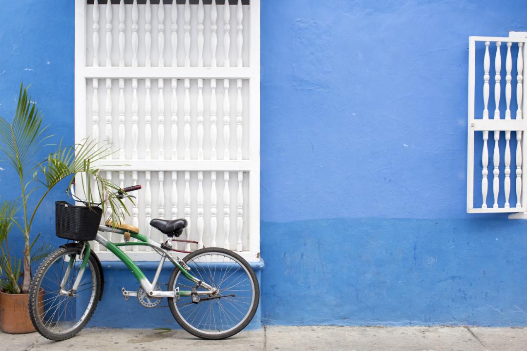 Bicicleta recostada contra pared en el Centro Histórico de Cartagena de Indias