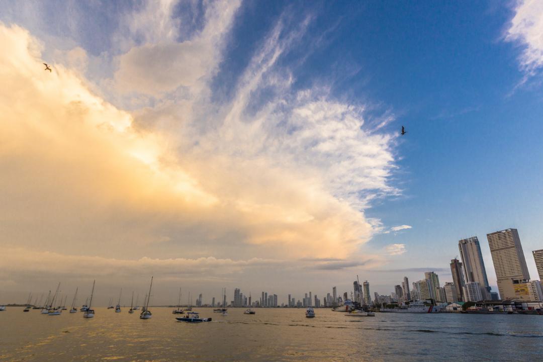 Vista de cielo y botes desde la Bahía de Manga, Cartagena de Indias