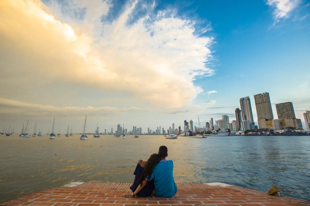 Pareja contemplando el paisaje desde el Fuerte de San Sebastián del Pastelillo en la bahía de Manga, Cartagena de Indias