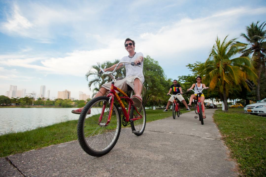Grupo de jóvenes montando en bicicleta en Cartagena de Indias