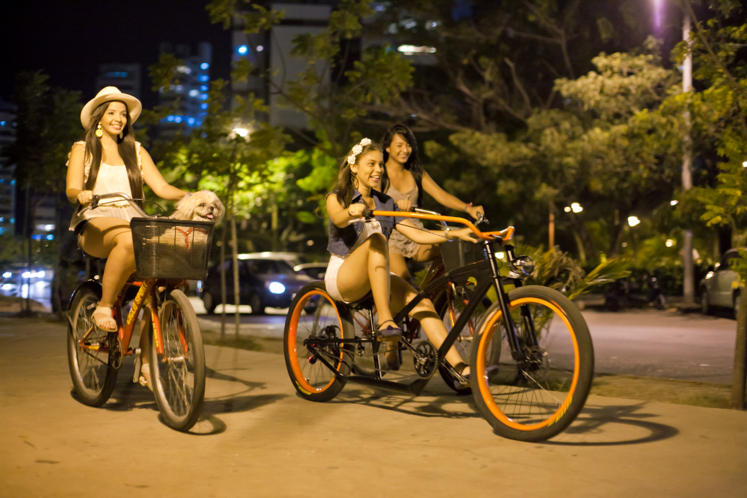 Grupo de chicas montando bicicleta en Cartagena de Indias