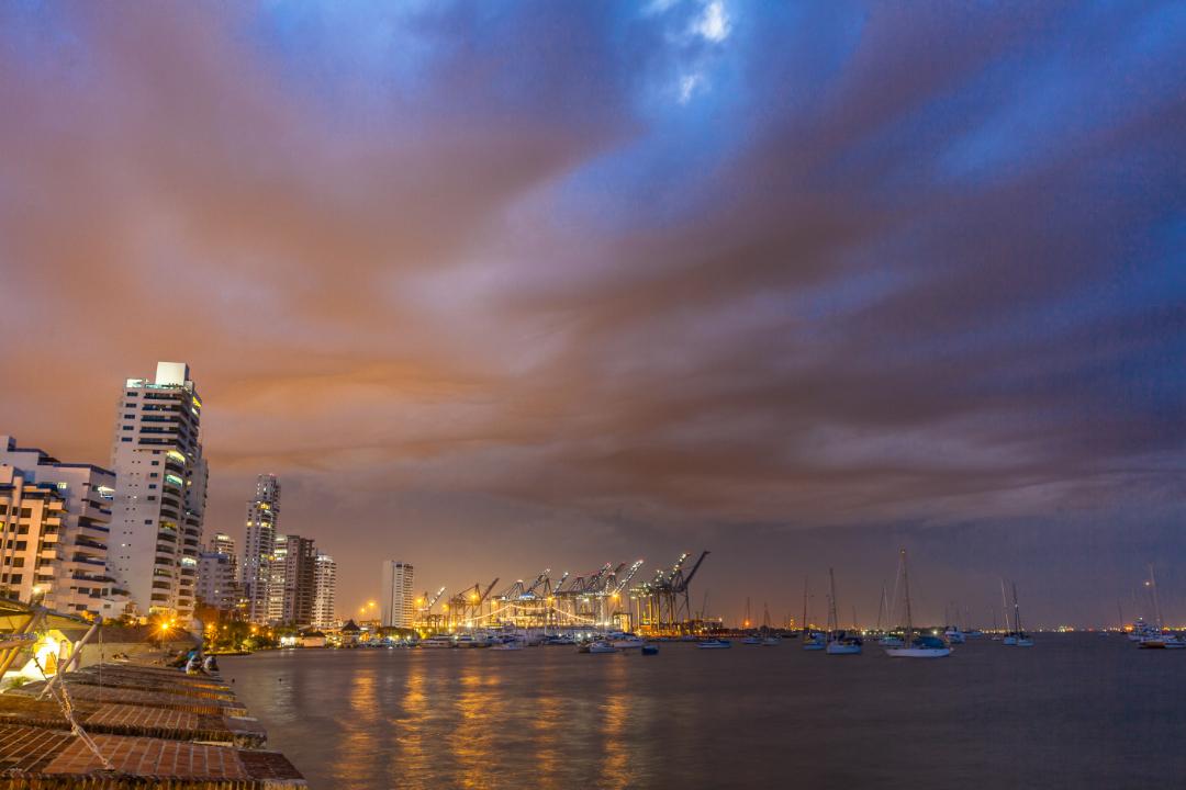 Vista nocturna del puerto de Cartagena de Indias desde la bahía de Manga
