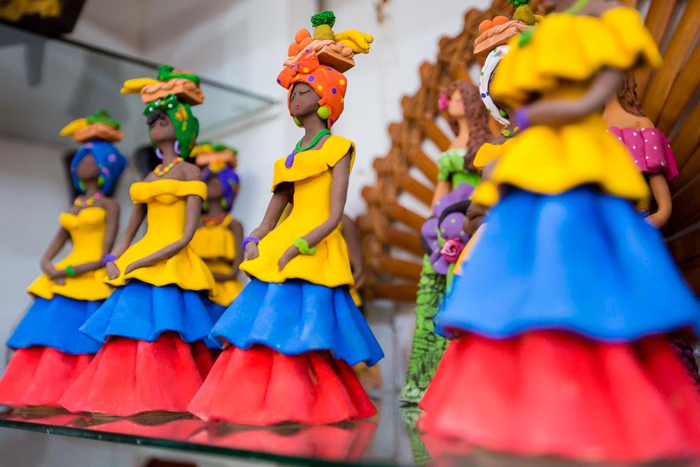 Figuras de Palenqueras en almacén de artesanías de Las Bóvedas en Cartagena de Indias