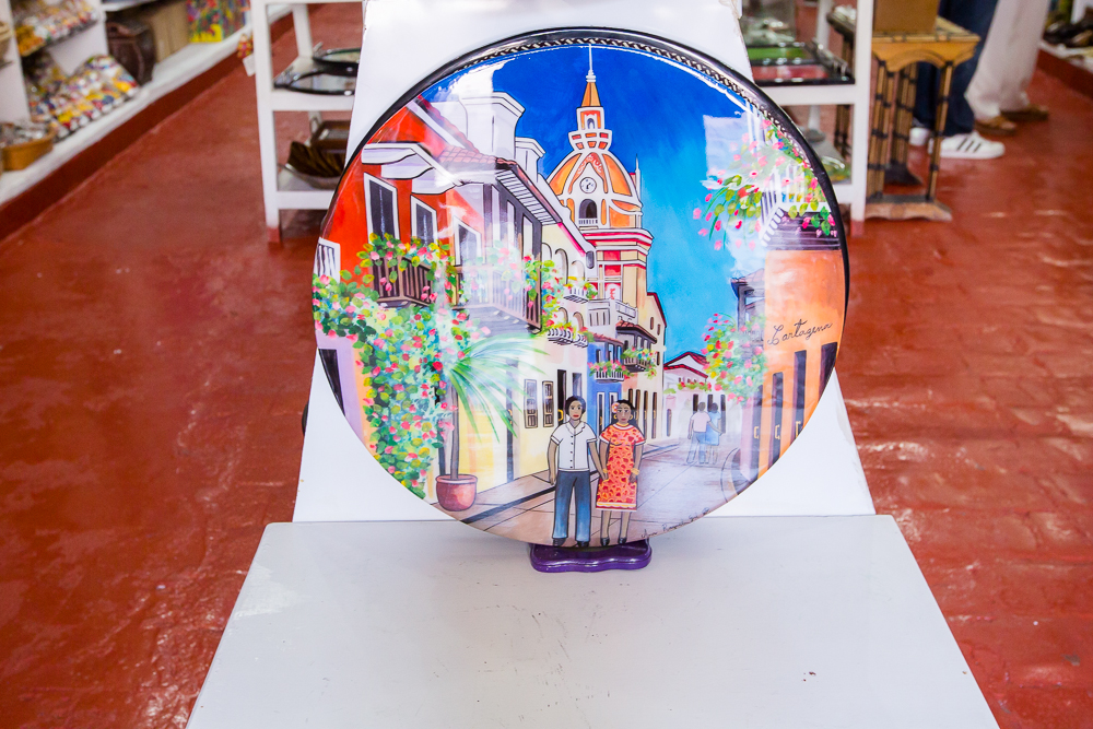 Bandeja decorativa giratoria en almacén de Las Bóvedas en Cartagena de Indias