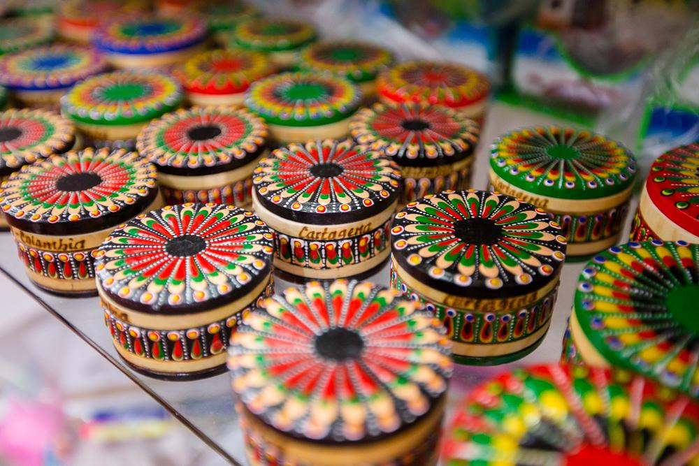 Cofres en almacén de artesanías en Las Bóvedas de Cartagena de Indias