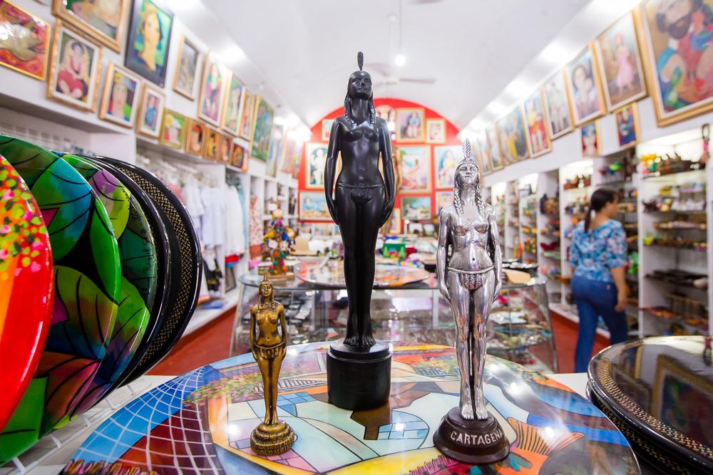Figuras de la India Catalina en almacén de artesanías en Las Bóvedas en Cartagena de Indias