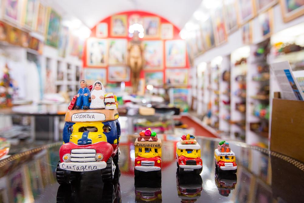 Figuras de chivas en almacén de artesanías en Las Bóvedas en Cartagena de Indias
