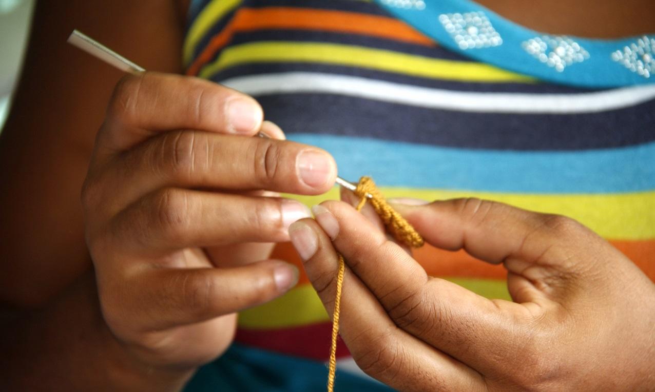 Mujer elaborando artesanías en Cartagena de Indias, Colombia