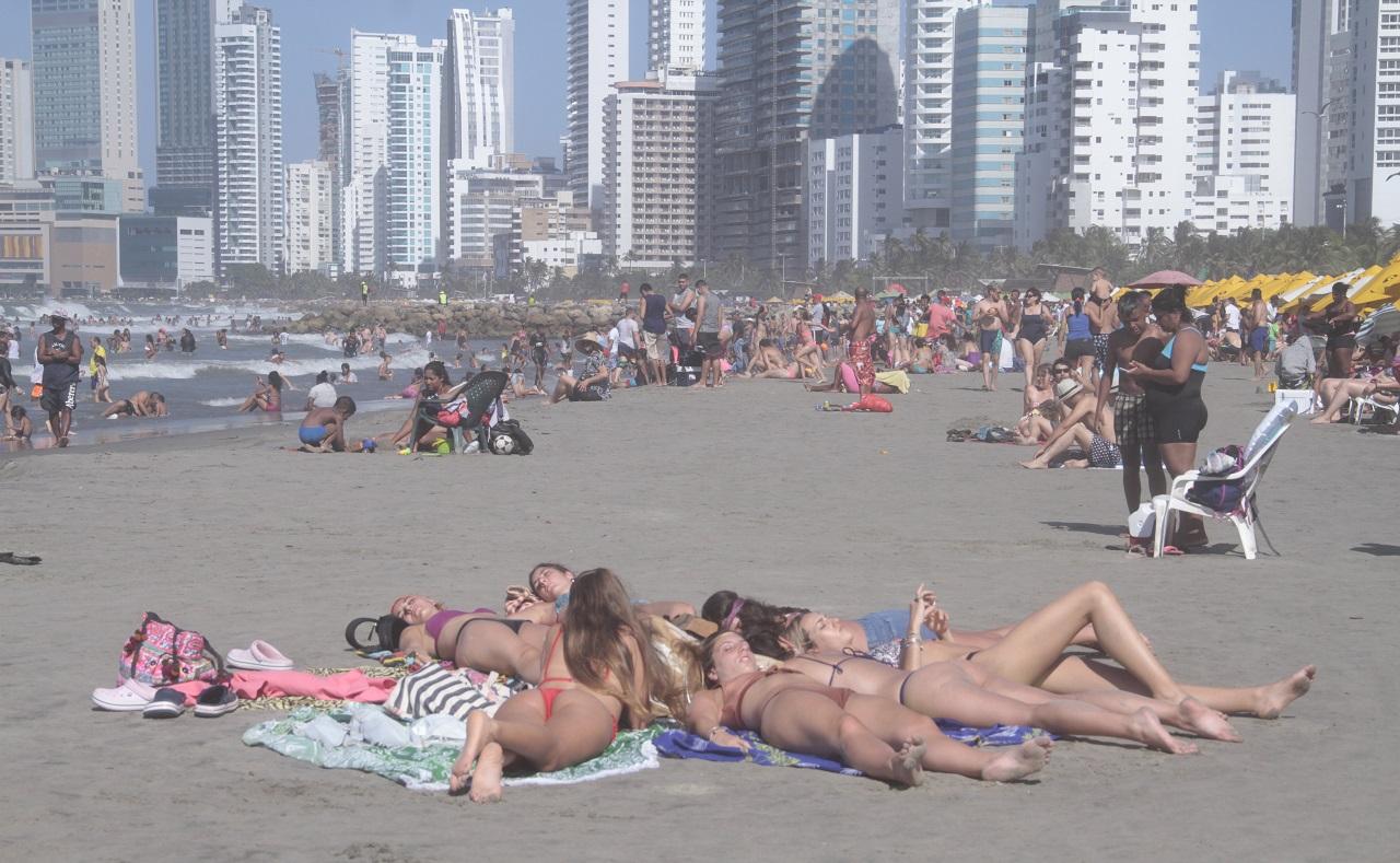 Chicas bronceándose en playa de Bocagrande, Cartagena