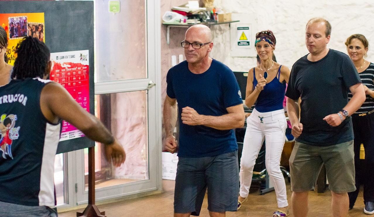 Turistas aprendiendo a bailar salsa en Cartagena de Indias
