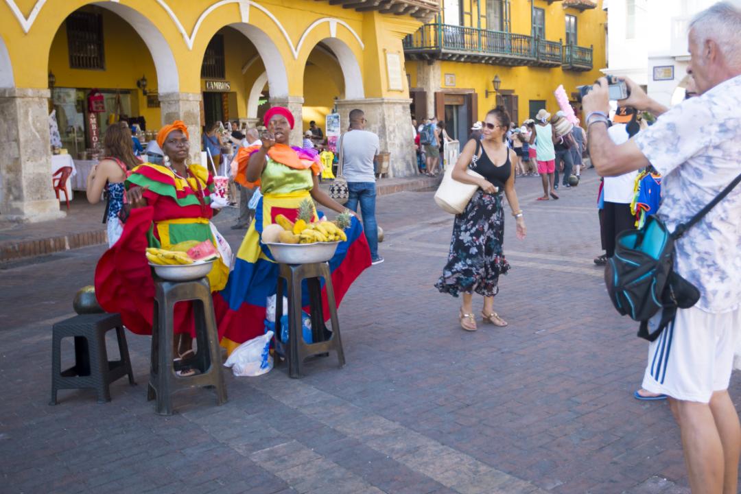 Palenqueras-en-la-Plaza-de-los-Coches-del-Centro-Histórico-de-Cartagena
