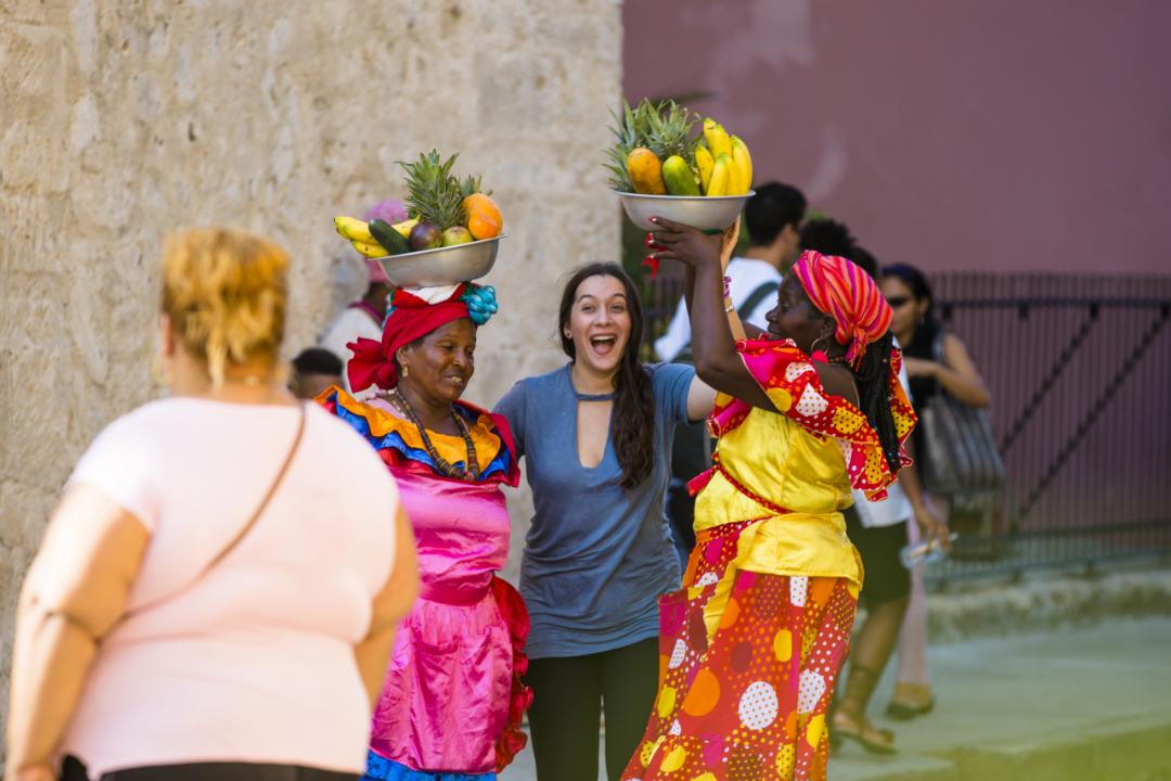Turista-posando-con-Palenquera-en-Cartagena-de-Indias