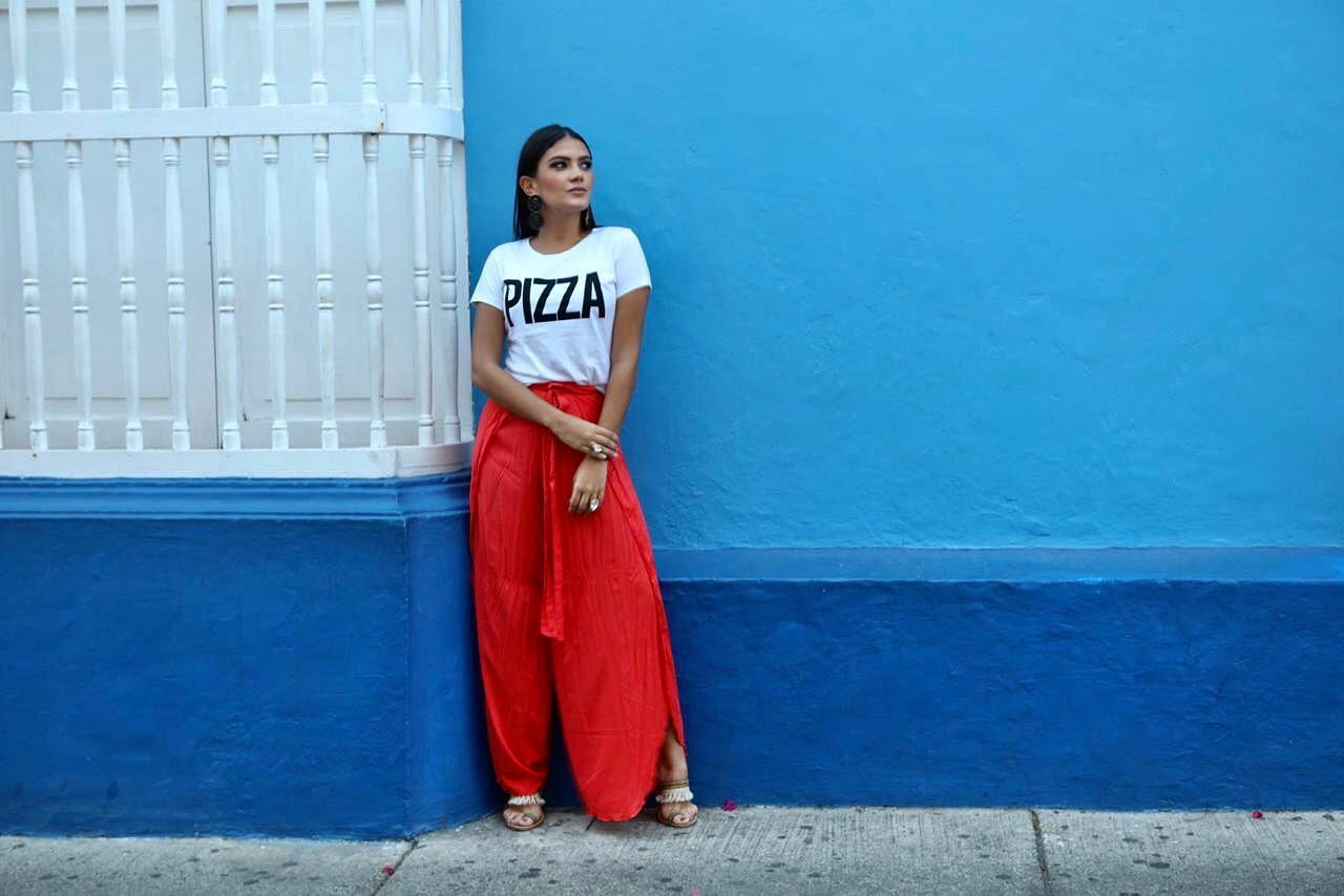 Modelo posando en el Centro Histórico de Cartagena
