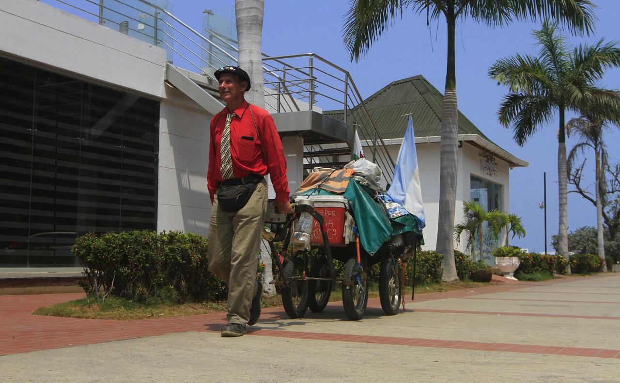 Martín Esteban Echegaray Davies caminante argentino que visita a Cartagena posando con su carreta en la bahía de Manga