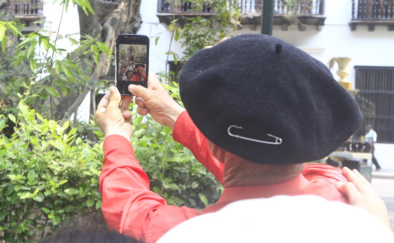 Martín Esteban Echegaray Davies caminante argentino que visita a Cartagena haciendo selfie en el Parque Bolívar