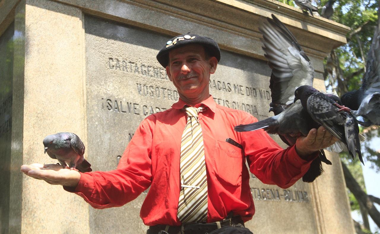 Martín Esteban Echegaray Davies caminante argentino que visita a Cartagena posando con palomas en el Parque Bolívar