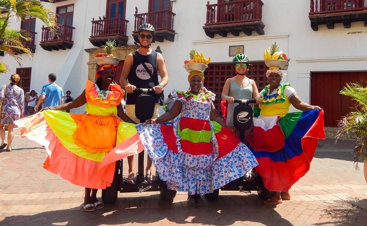 Turistas en segways posando con palenqueras en el centro histórico de Cartagena