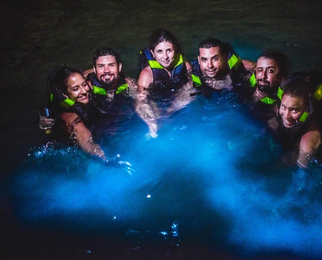 Grupo de turistas haciendo plan de nadar con plancton en Barú Cartagena. Foto: Germán Steffens - Afronautica.