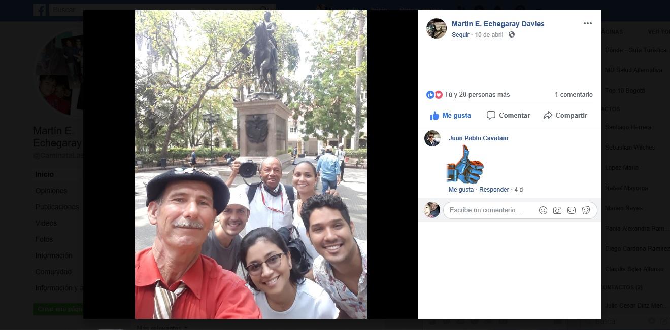 Captura de pantalla con foto del caminante argentino haciendo selfie con grupo de periodistas en Cartagena