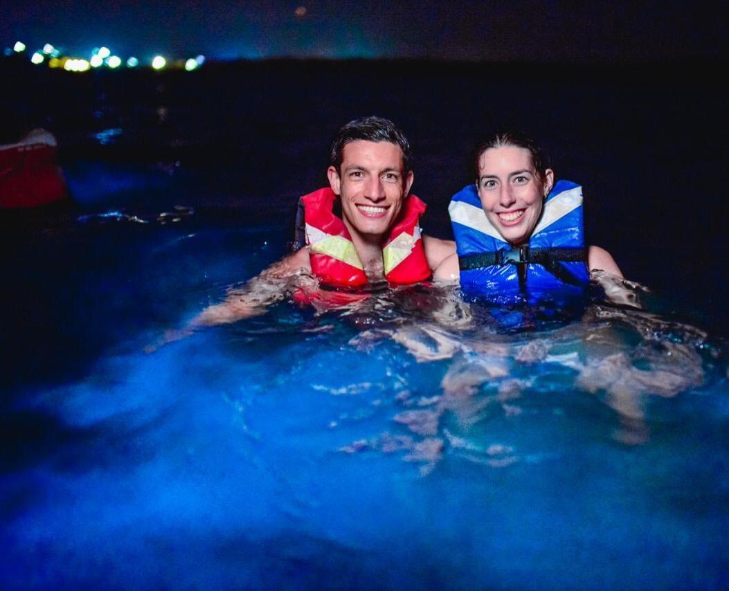 Pareja de turistas en plan de nadar con plancton en Barú Cartagena. Foto: Germán Steffens - Afronautica.