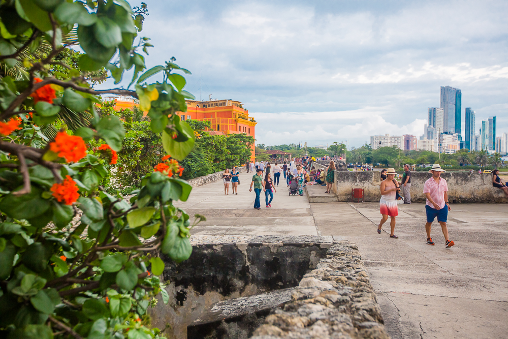 Turistas-caminando-por-las-murallas-de-Cartagena