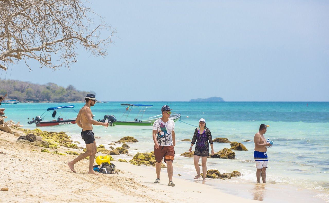 Turistas-en-Playa-Blanca-zona-insular-Cartagena