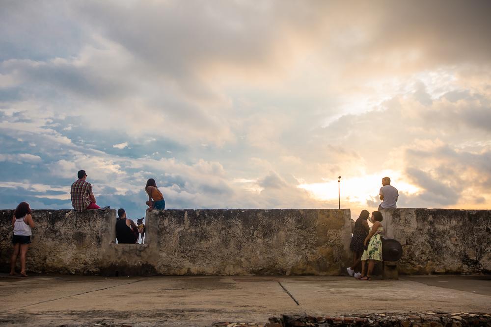 Turistas-viendo-el-atardecer-desde-las-murallas-de-Cartagena