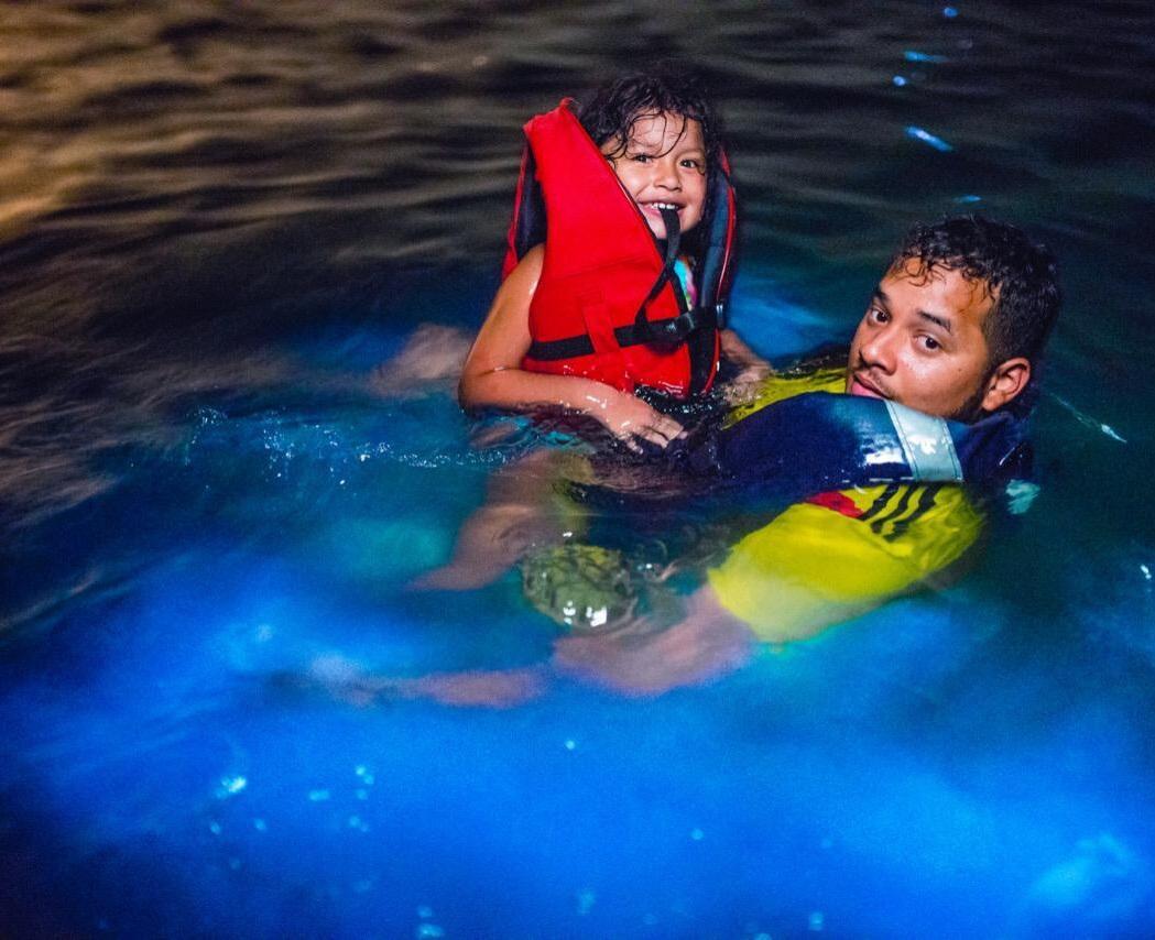 Padre e hija en tour del plancton en Barú Cartagena. Foto: Germán Steffens - Afronautica.