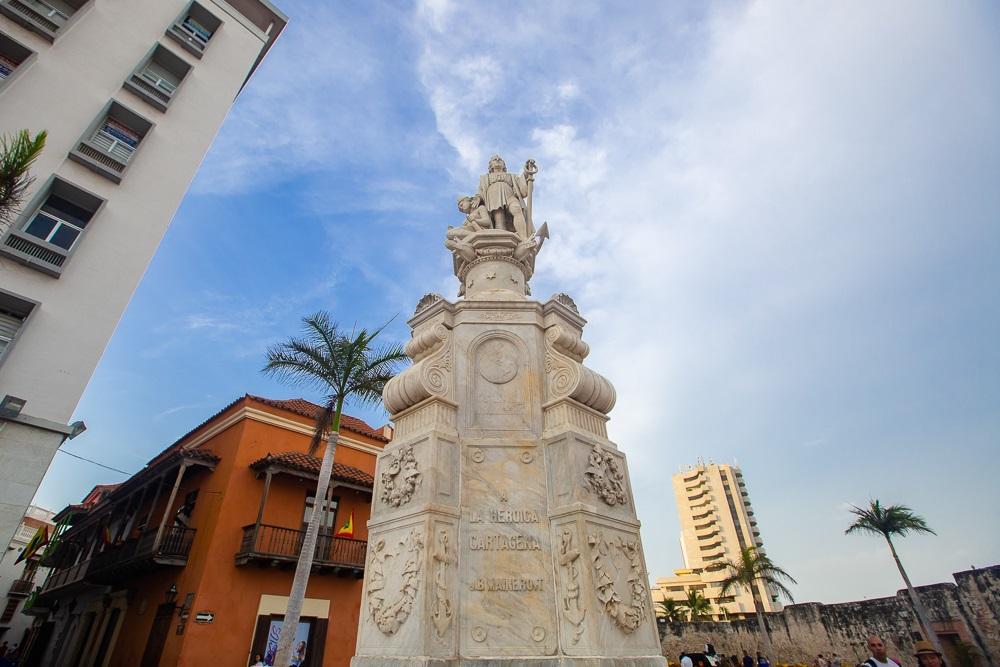 Escultura de Cristobal Colón en la Plaza de la Aduana de Cartagena de Indias