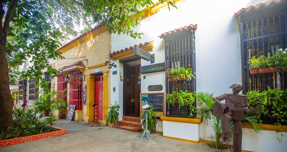 Fachada Casa de las Palmas y Fama Bar Fusion en el barrio Getsemaní de Cartagena editada