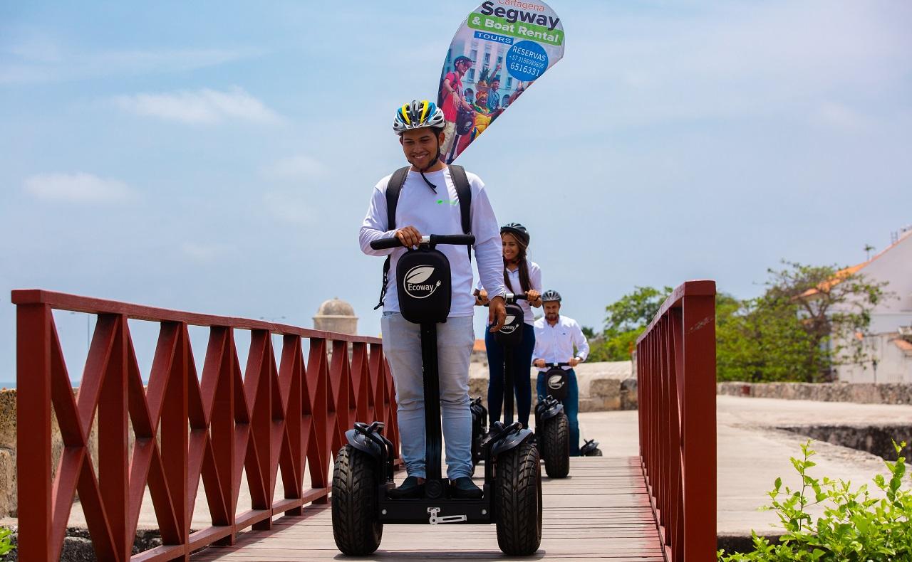 Grupo de personas a bordo de segways de Ecoway Tours en el Centro Histórico de Cartagena de Indias