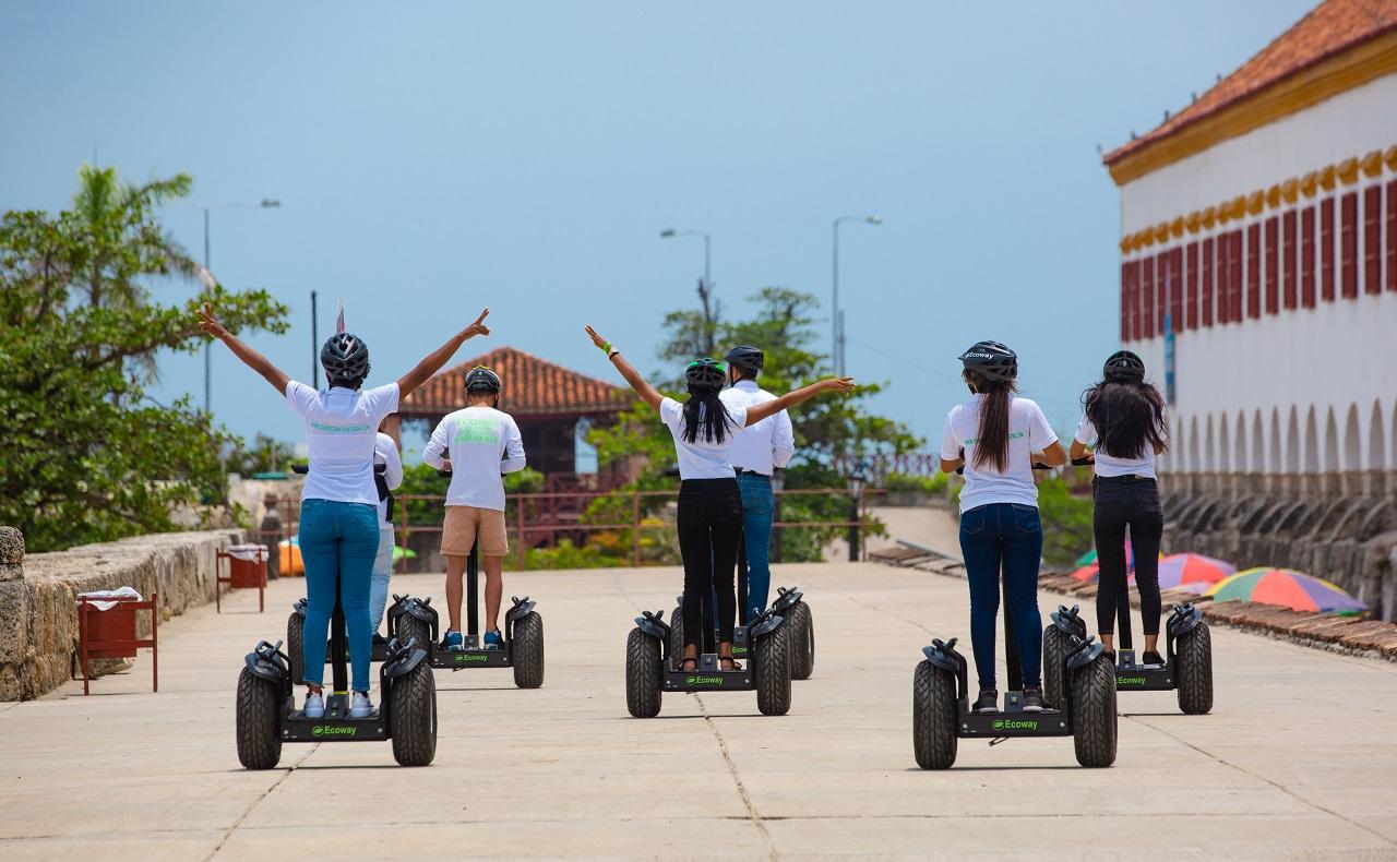 Grupo de personas en segways de Ecoway Tours en Centro Histórico de Cartagena de Indias