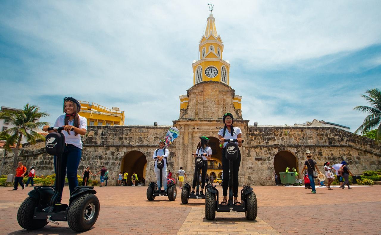 Grupo de personas en segways de Ecoway Tours en Torre del Reloj Cartagena de Indias