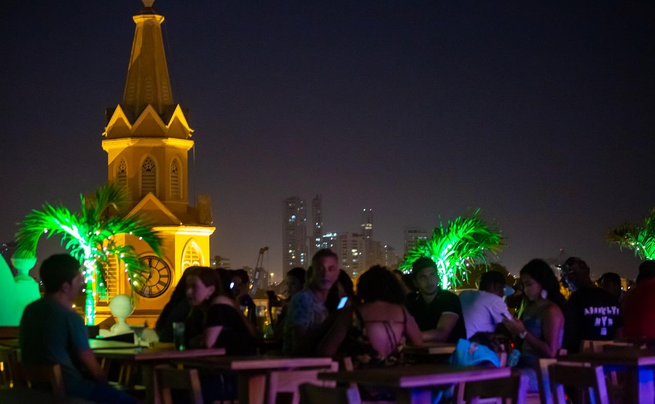 Terraza de Mirador Gastro Bar en la Plaza de los Coches, imagen para ilustrar nota de rumba en Cartagena de Indias