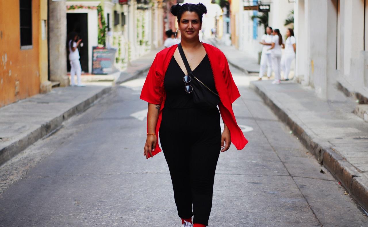 Turista francesa Emma Sayatt en Cartagena posando en calle del centro