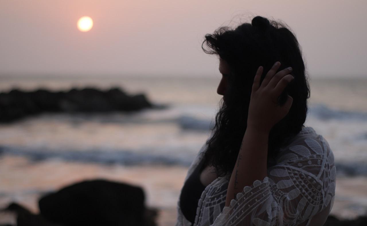 Turista francesa Emma Sayatt en Cartagena posando junto al mar al atardecer