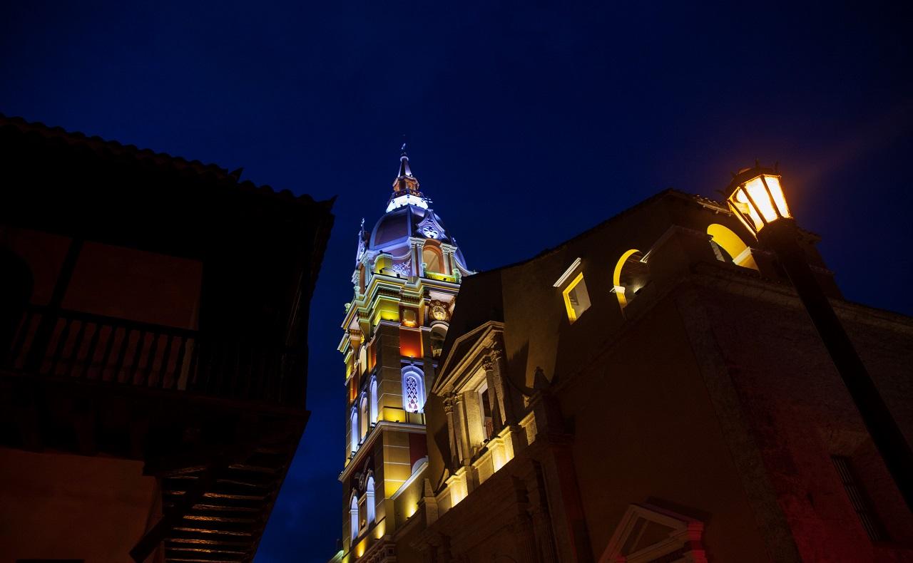 Vista nocturna de la Catedral de Santa Catalina de Alejandría en Cartagena