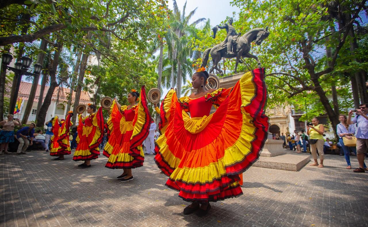 bailarinas folclóricas en la Plaza Bolívar de Cartagena imagen para ilustrar nota de convocatoria a feria cultural en Cartagena